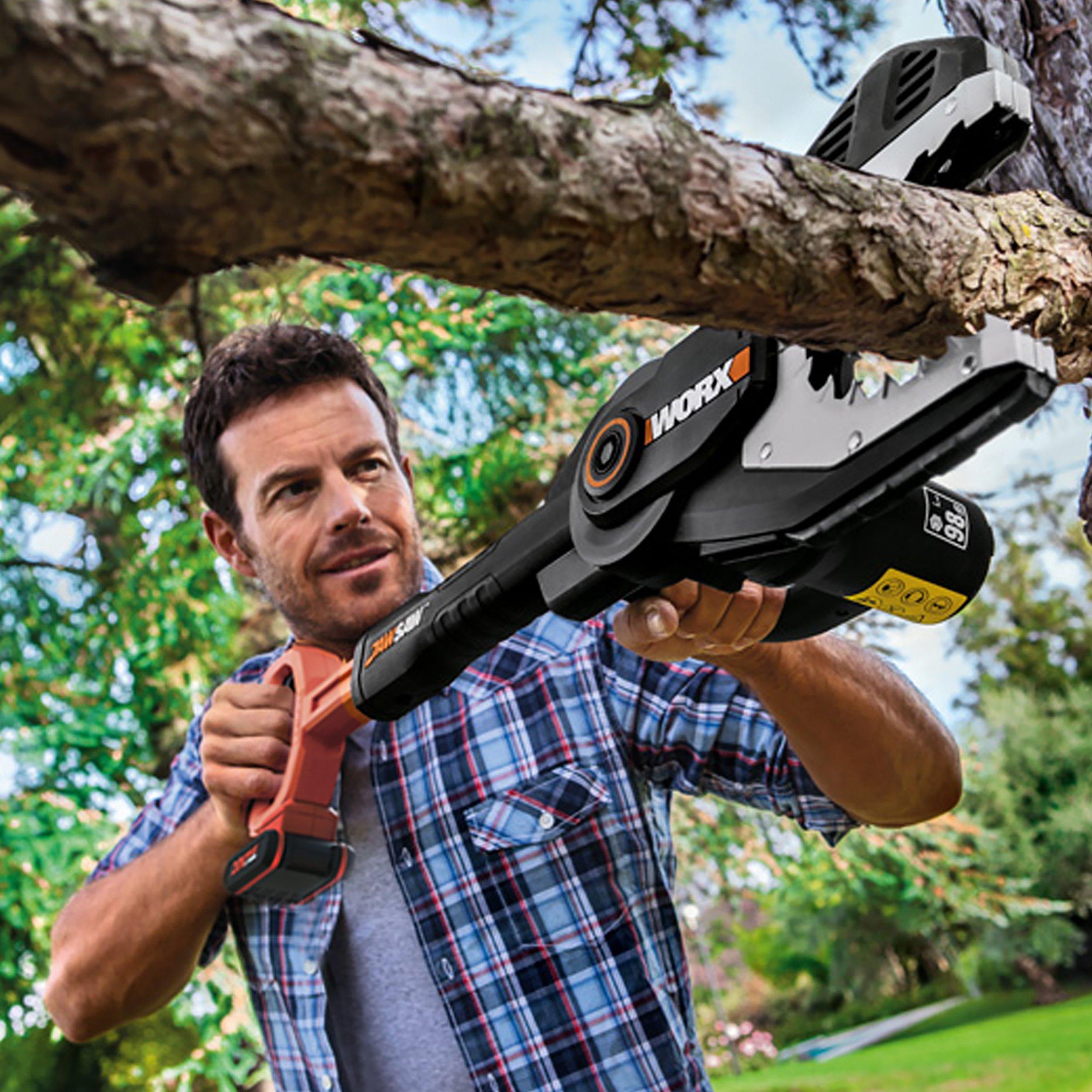 Worx WG329E.9 20V Astsäge Jawsaw, ohne Akku, Mann sägt Ast am Baum