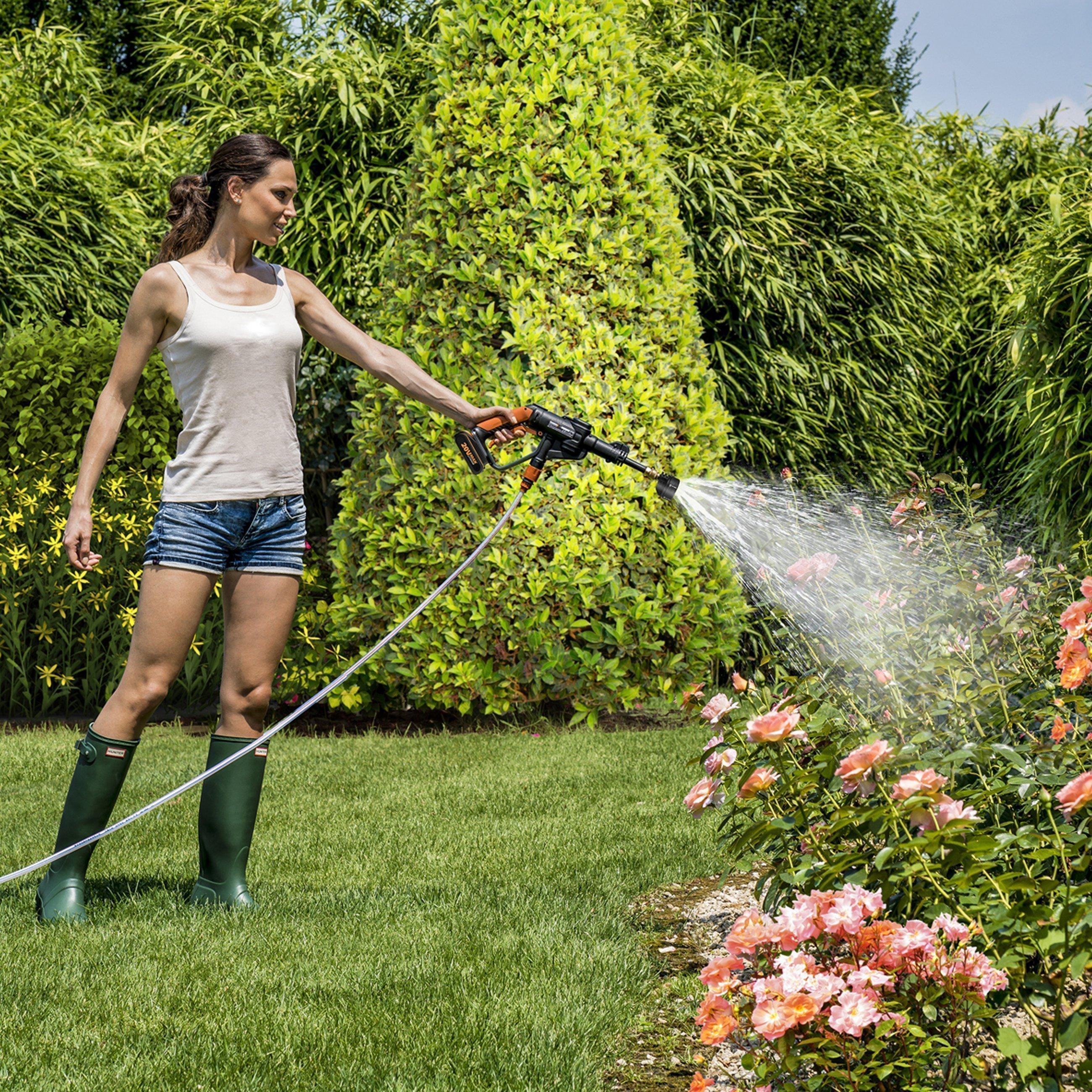 Worx WG629E Worx 20V Akku-Hochdruckreiniger, Frau bewässert Blumen